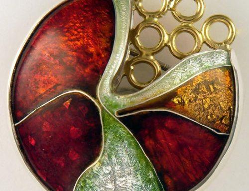 vitreous enamel – 'red clam' brooch